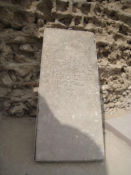 450px-Tomb_stone_in_Portuguese_castle_Qeshm_1390_191